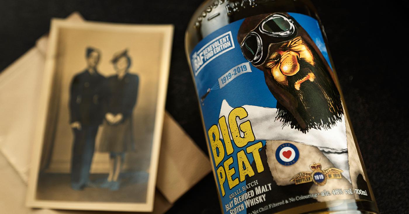 Douglas Laing presenteert een cheque van 10000 Britse Pond aan Britse luchtmacht